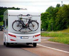 Wohnmobil mit Fahrradtrger auf der Autobahn